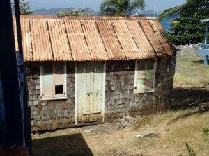petite maison a rénover beaucoup de maison son habitées en tavaillons comme l'église d'honfleur